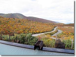 栗駒山荘のオフロから見える景観・・・こっちから道路が見えるということは、向こうからも丸見え?